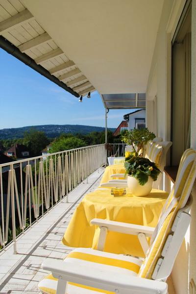 balkon_gelbe_tischdecken